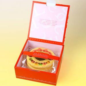 箱を開けて文字入りのバウムクーヘンにビックリ!兄弟で食べてる写真を…