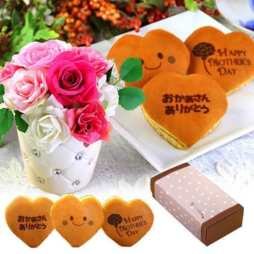 ピンクアレンジのプリザーブドフラワーと文字入りハート型どら焼き(3個入り)
